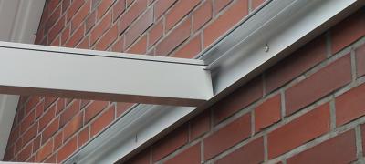 Befestigung der Carports aus Aluminiuman der Fassade